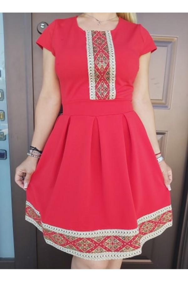 rochie rosie cu aplicatii traditionale