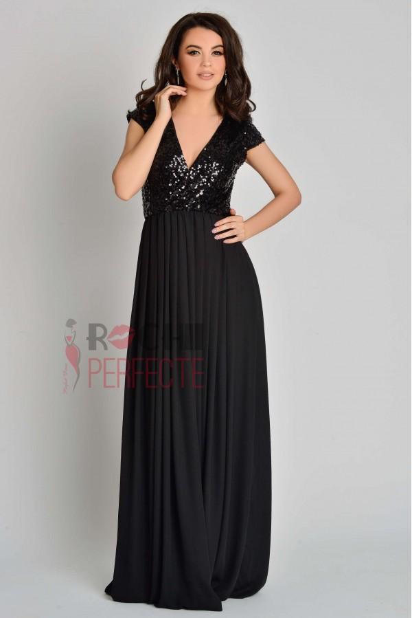 Rochie lunga neagra cu paiete negre.